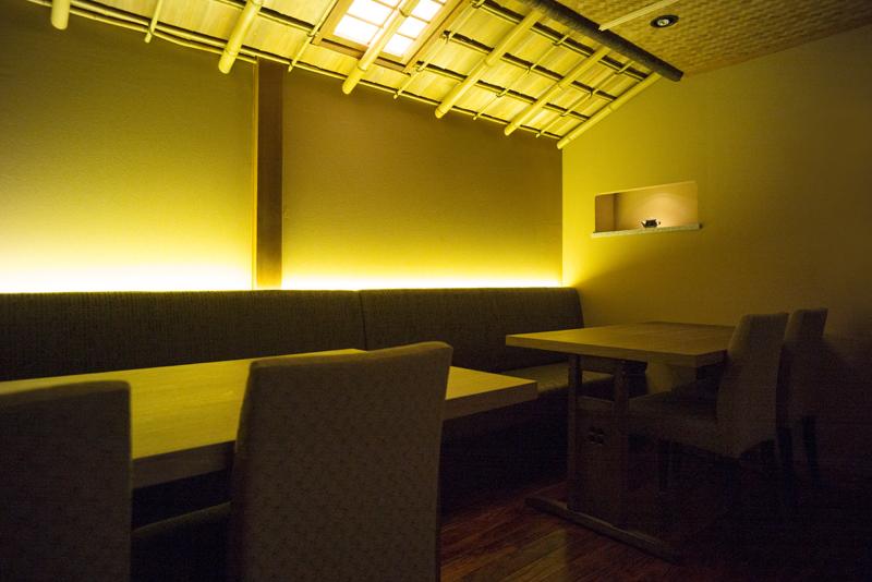 一階奥テーブル席「眉山」。目の前の坪庭を眺めながら落ち着いた雰囲気で過ごせるお部屋です
