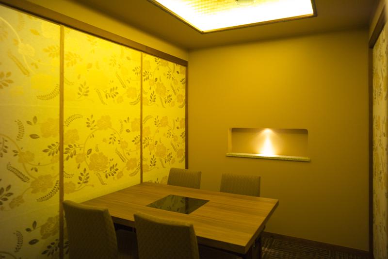 モダン和風な雰囲気の2階個室では、特製「黒しゃぶ」を召し上がっていただけます