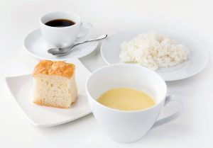 いずれも、スープ、サラダ、パンまたはライス、コーヒーまたは紅茶つき